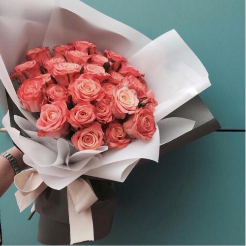 Купить на заказ Заказать Букет из 31 коралловой розы с доставкой по Степногорску с доставкой в Степногорске