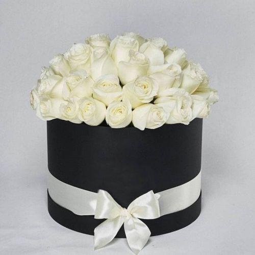 Купить на заказ Заказать Белые розы в коробке Maison с доставкой по Степногорску с доставкой в Степногорске